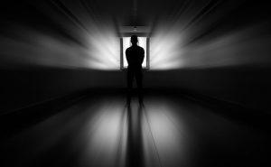 ドアの前に立つ男の写真