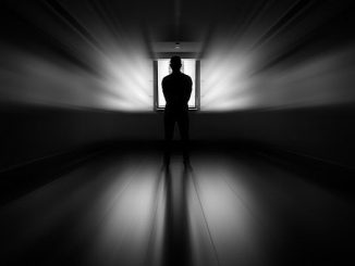 ドアの前に立つ男