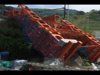 新名神で鉄板が落下する事故
